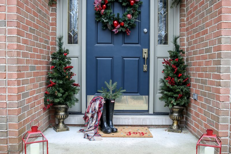 Christmas front porch. Red lanterns. Porch trees. Porch garland. #christmasfrontporch #holidayfrontporch