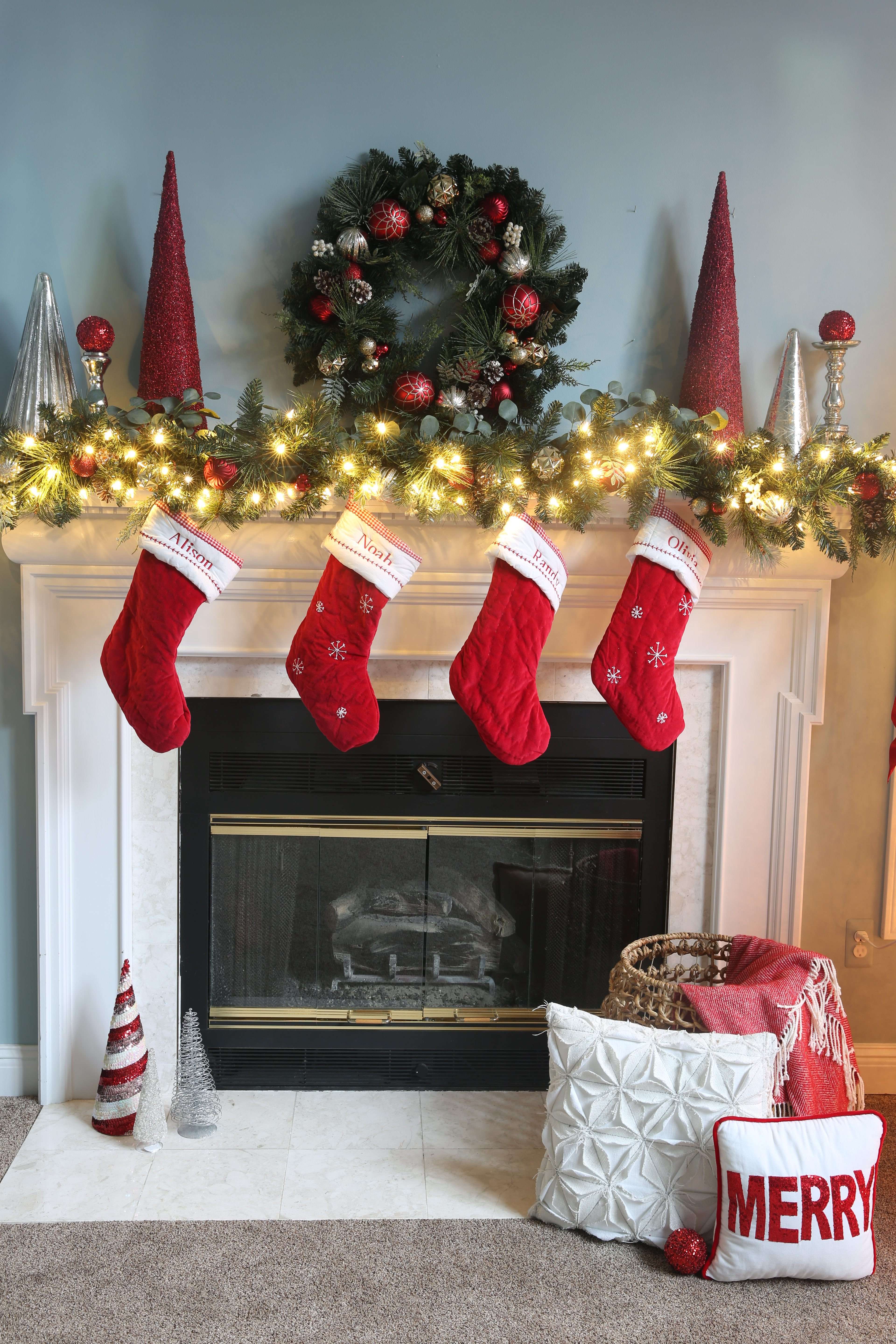 Traditional red and green Christmas decor for family rooms, Christmas trees, front porches, mantles and holiday tables. #colorscheme #christmasdecor #christmas